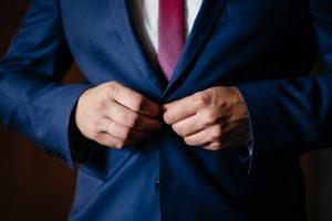 Aproveite a versatilidade de um bom terno na cor azul