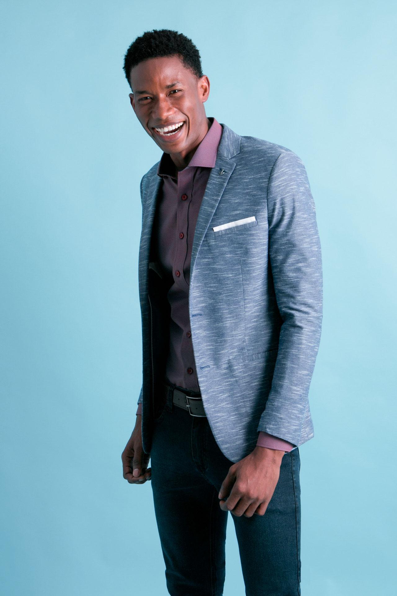 O tecido do blazer pode variar entre o algodão, linho, lã, veludo, e até moletom